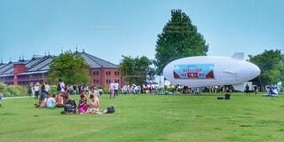 赤レンガ倉庫と飛行船の写真・画像素材[4152630]