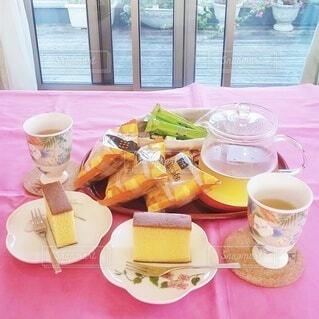 食べ物,カフェ,コーヒー,カラフル,窓,デザート,テーブル,皿,リラックス,食器,お菓子,カップ,おうちカフェ,ドリンク,おうち,菓子,ライフスタイル,バルコニー,カステラ,ティーポット,ルイボスティー,コーヒー カップ,おうち時間,受け皿