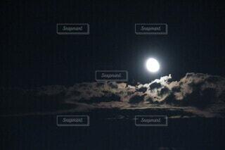 雲と月の写真・画像素材[3920558]