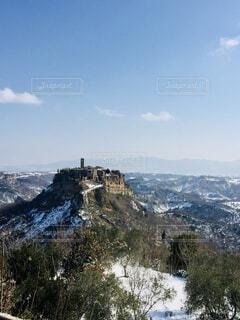 雪と天空の街の写真・画像素材[3902300]