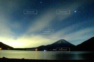星夜と富士の写真・画像素材[3909616]