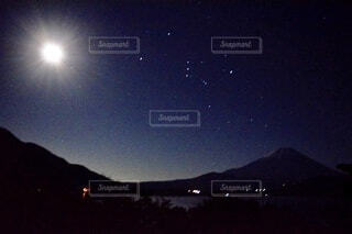 富士山とオリオン座の写真・画像素材[3909620]
