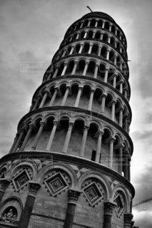 ピサの斜塔の側に時計を持つ大きな高い塔の写真・画像素材[3909618]