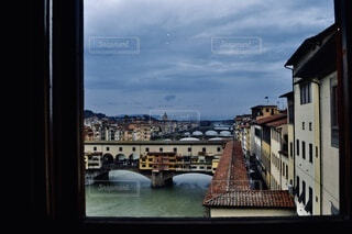 窓から覗く風景の写真・画像素材[3918976]
