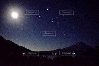 富士山と月とオリオン座の写真・画像素材[3922393]