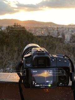 カメラを被写体に入れ夕日を背景に。の写真・画像素材[4155407]