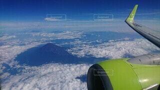 富士山上空を間もなく飛行機通過!の写真・画像素材[3899895]