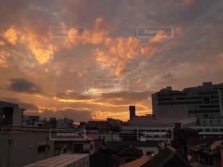 部屋からみた日没の景色の写真・画像素材[3932595]