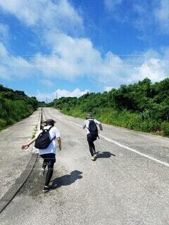 石垣島の海に向かって、さあダッシュ!の写真・画像素材[3942765]