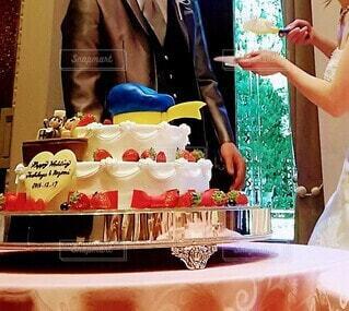 かわいいウェディングケーキを、新郎にあーんの写真・画像素材[3992408]