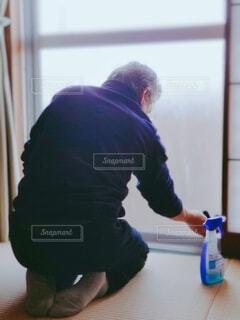実家の窓拭きをする父の写真・画像素材[4010996]