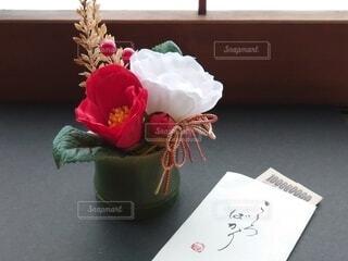紅白のお花と小細工したお年玉の写真・画像素材[4033378]
