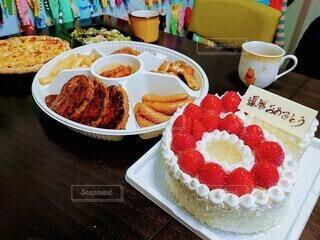食べ物,飲み物,ケーキ,テーブル,皿,サラダ,料理,おいしい,お祝い,ハンバーグ,パーティー,出前,誕生日ケーキ,おめでとう,菓子,還暦,60歳,宅配,テイクアウト,ホールケーキ,イチゴ,ピザ,デリバリー,お持ち帰り