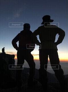 山頂から見る絶景と仲間のシルエットの写真・画像素材[4277927]