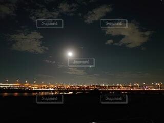 自然,風景,空,秋,夜,橋,夜景,夜空,屋外,電車,車,川,線路,オレンジ,都会,月,灯り,河川敷,明かり,満月,くもり,荒川,月見,中秋の名月