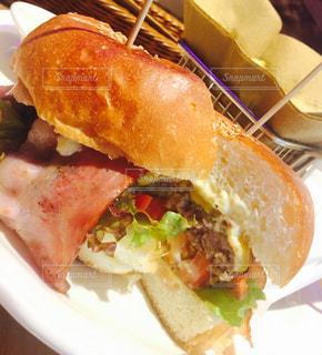 近くの皿にサンドイッチを - No.756987
