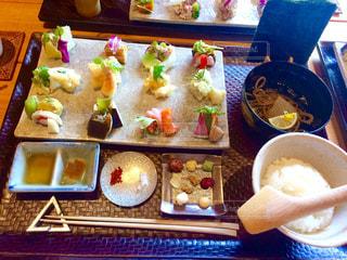 テーブルの上に食べ物の束の写真・画像素材[763909]