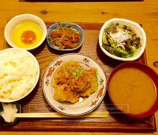 テーブルの上に食べ物のボウル - No.803370