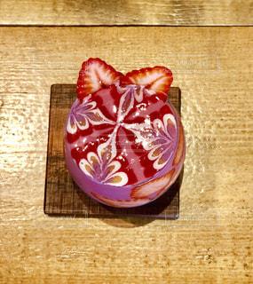 木製のテーブルの上に座ってリンゴの写真・画像素材[1207072]