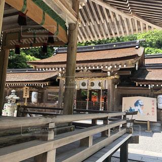 建物の前にあるベンチに座っている鉄道の写真・画像素材[1251582]