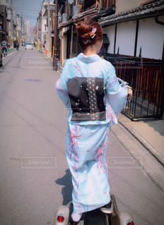 女性が通りを歩いています。の写真・画像素材[1251588]