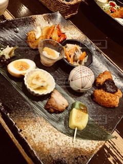 テーブルの上に食べ物の写真・画像素材[1273131]