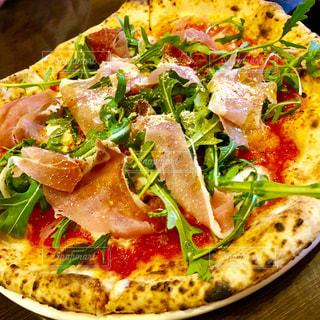 食品の板の上に座ってピザの写真・画像素材[1273139]