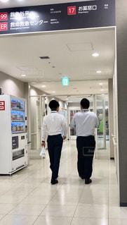 部屋に立っている男の写真・画像素材[2303936]