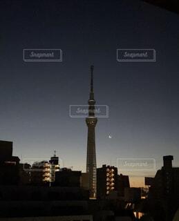 空,建物,ビル,屋外,朝日,雲,都会,月,正月,お正月,日の出,早朝,新年,初日の出,白い月