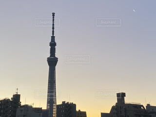 空,建物,ビル,屋外,朝日,雲,朝焼け,都会,月,正月,お正月,日の出,新年,初日の出,白い月