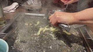 食べ物,屋内,人物,人,チーズ,料理,鉄板,もんじゃ,もんじゃ焼き,イカ墨,黒色