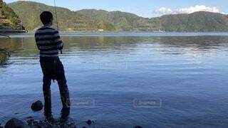 秋の琵琶湖で釣りをしているの写真・画像素材[3909264]