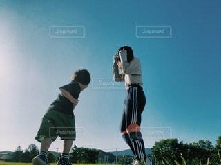 青空の下の親子の写真・画像素材[4059569]