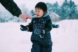 はい!雪玉!の写真・画像素材[4098172]