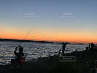 夕陽の綺麗な海岸で。の写真・画像素材[3918326]