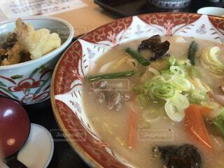 皿の上に食べ物のボウルの写真・画像素材[4200434]