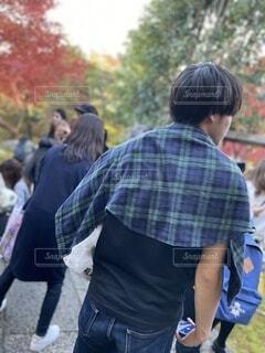 紅葉の季節に観光地を訪れた男性の後ろ姿の写真・画像素材[3928699]