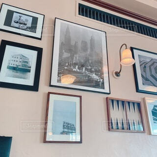 たくさんのおしゃれな額縁が飾られた壁の写真・画像素材[3951453]