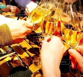 グラス片手にみんなで乾杯のシーンの写真・画像素材[3956729]