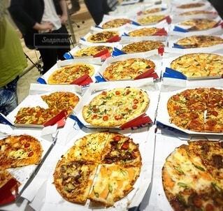 テーブルいっぱいのピザの写真・画像素材[3956783]
