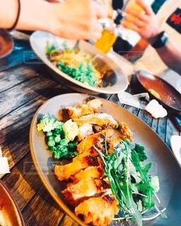 オープンテラス席での食事風景の写真・画像素材[3956786]