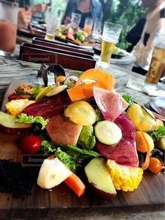テーブルの上の色鮮やかなサラダの写真・画像素材[3958480]