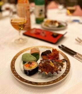 パーティーでテーブルに置かれた料理の写真・画像素材[3958482]