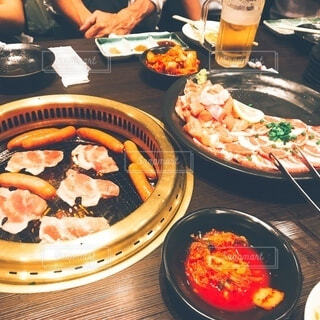 焼肉店で肉を焼いているところの写真・画像素材[3958488]