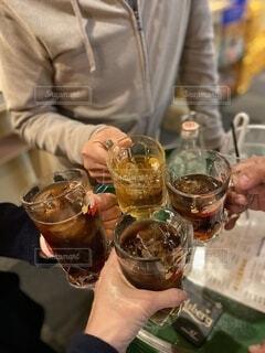 乾杯をしている人達の写真・画像素材[3960836]
