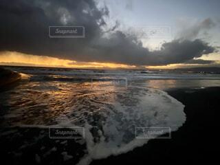 夕暮れ時の海の写真・画像素材[3977489]