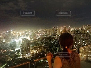 夜景を眺めている女性の写真・画像素材[4069081]