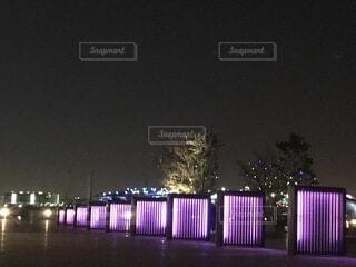 夜にライトアップされたオブジェの写真・画像素材[4069091]