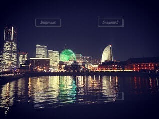 水面に映る夜景の写真・画像素材[4069107]