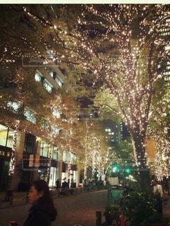 ライトアップされた夜の街を行き交う人々の写真・画像素材[4069131]
